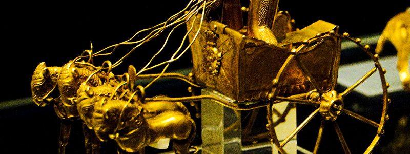 شی باستانی ارابه طلایی چهار اسب